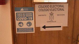Punto de higiene en un colegio electoral de Galicia