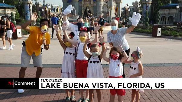 """شاهد: """"المملكة السحرية"""" تعيد فتح أبوابها أمام الزوار في فلوريدا الأميركية"""