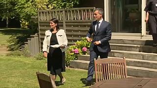 La ministra del interior británica Priti Patel con su homólogo francés Gérald Darmani