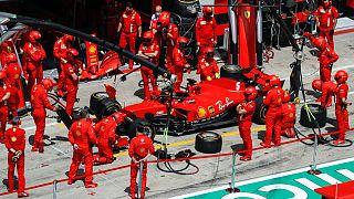 Ferrari ekibi kaza yapan Vettel'in aracını tamir etmek için uğraşsa da Alman pilot yarışa geri dönemedi