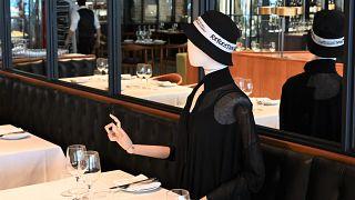 تمثال أمام إحدى الطاولات في المطعم