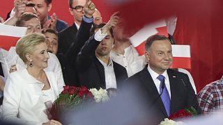 Verfrühter Jubel? Andrzej Duda und seine Frau Agata Kornhauser-Duda vor AnhängerInnen in Pultusk