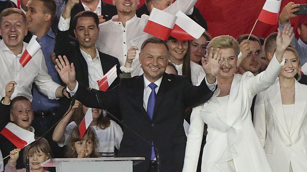 Polonya'da düzenlenen cumhurbaşkanlığı seçimlerinin ikinci turunda, sandık çıkışı anketlerine göre, mevcut Cumhurbaşkanı Andrej Duda yüzde 50,4 oy ile yeniden seçildi.