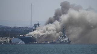 Rauch steigt auf über dem Deck der USS Bonhomme Richard an den Docks von San Diego.