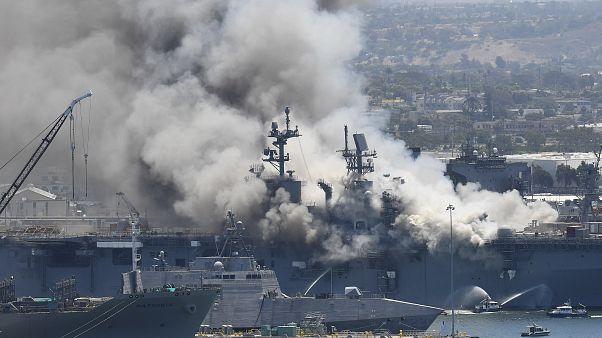 A lángoló hajó a kikötőben