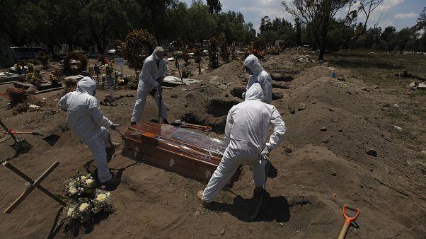 عملية دفن أحد ضحايا كورونا في المكسيك
