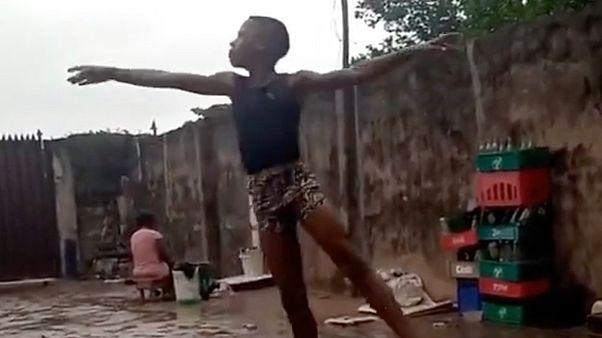 Anthony Mmesoma Madu tánca az esőben
