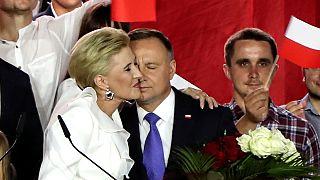Andrzej Duda é abraçado pela mulher Agata Kornhauser-Duda