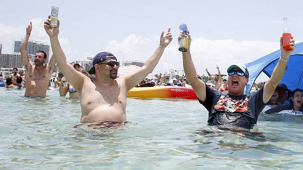 صورة أرشيفية لأمريكيان يحتفلان في ميامي