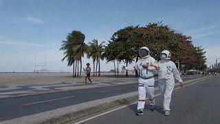 شاهد: بزة لرجال الفضاء للحدّ من انتشار فيروس كورونا على شاطئ كوباكابانا