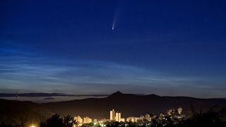 Εντυπωσιακές εικόνες από τον φωτεινότερο κομήτη που περνάει κοντά από τη Γη