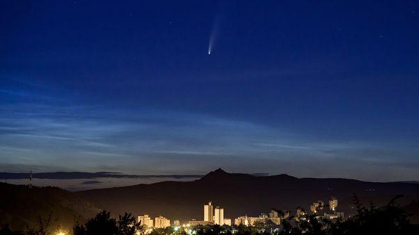 Illusztráció, az üstökös Salgótarján fölött