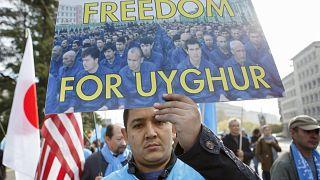 صورة من الأرشيف- أشخاص من الإيغور يتظاهرون ضد الصين خلال المراجعة الدورية الشاملة للصين من قبل مجلس حقوق الإنسان بجنيف  2018
