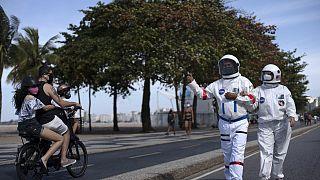 L'impiegato contabile Tercio Galdino, 66 anni, assieme alla moglie Alicea mentre passeggiano per Copacabana vestiti da astronauti. Galdino ha una malattia cronica ai polmoni