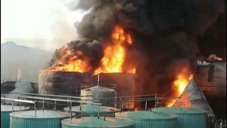 Chinesische Raffinerie versinkt im Flammenmeer