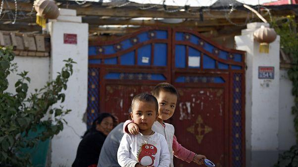 Doğu Türkistan'ın Hoten kentinde evlerinin önünde oynayan Uygur çocuklar
