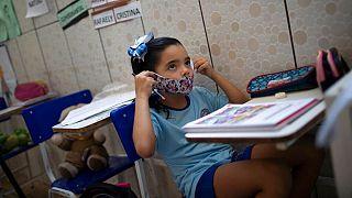 کودک برزیلی با ماسک در مدرسه