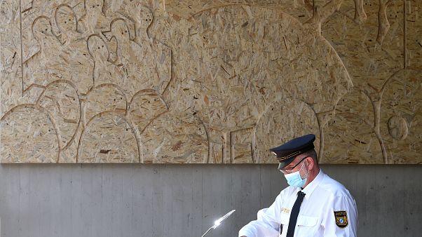 ضابط قضائي ينضف مكتب محاضرة قبل محاكمة في ميونخ