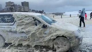 شاهد: عاصفة تضرب كيب تاون ورغوة البحر تتطاير وتغمر الطرق