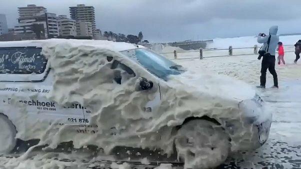 Кейптаун в пене, как в снегу