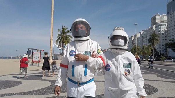 Szkafandert hord a vírusfertőzés ellen egy házaspár Brazíliában