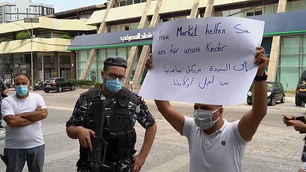 شاهد: متظاهرون أمام سفارة ألمانيا في بيروت يناشدون ميركل التدخل لإنقاذهم