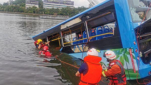 Çin'de göle düşen otobüs
