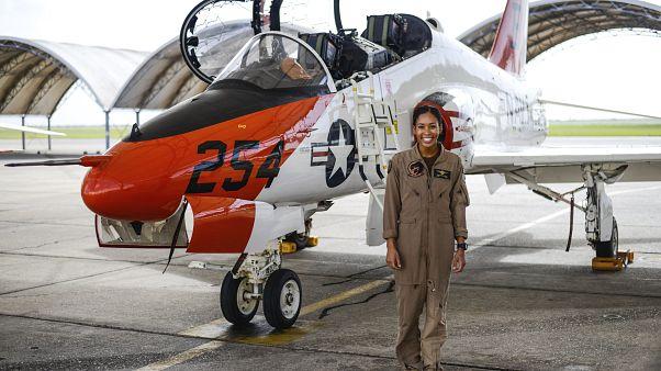 Η πρώτη αφροαμερικανή πιλότος του Πολεμικού Ναυτικού των ΗΠΑ