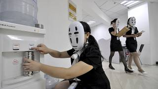 Ofis ortamında maske ile dolaşan çalışanlar (arşiv)