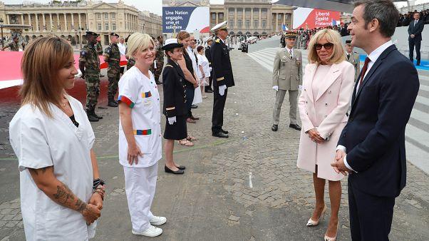 وزير الصحة الفرنسي مع عاملات في القطاع الصحي