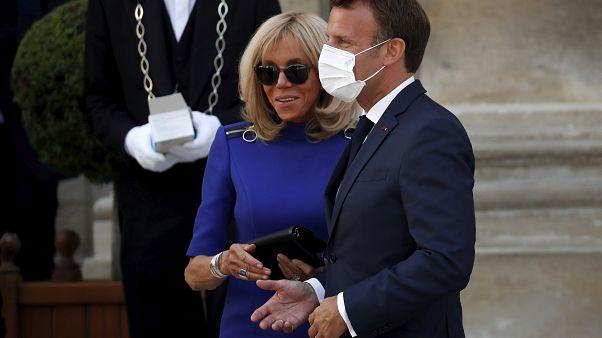El presidente francés Emmanuel Macron lleva una mascarilla al salir con su esposa Brigitte después de dar un discurso a las Fuerzas Militares Francesas en el Hotel de Brienne.
