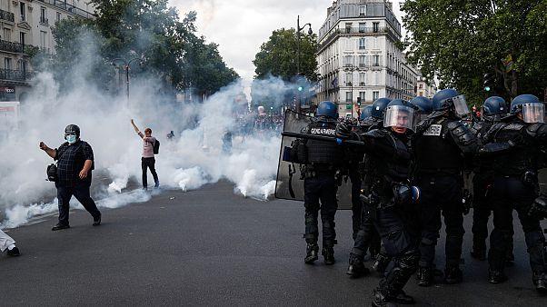 أطلقت الشرطة الغاز المسيل للدموع لتفريق المتظاهرين