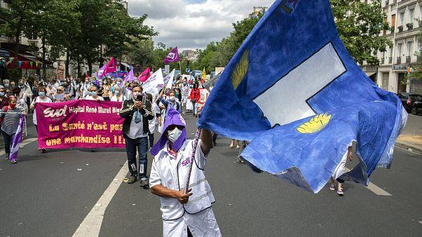 Proteste von Gesundheitspersonal in Paris am französischen Nationalfeiertag