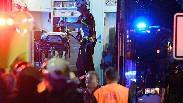 رجال الإنقاذ يساعدون الركاب في موقع اصطدام ركاب وقطار شحن في تشيسكي برود، جمهورية التشيك  شرق براغ.