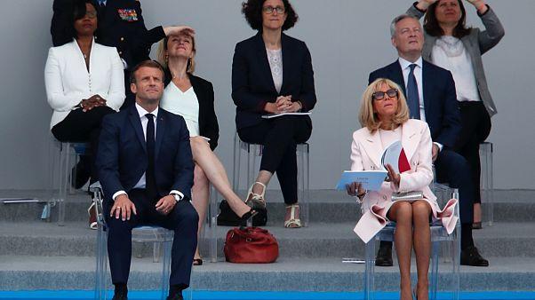 Fransa Cumhurbaşkanı Emmanuel Macron, eşi Brigitte Macon ile birlikte Bastille Günü kutlamaları çerçevesinde Fransız savaş uçaklarının gösterisini izliyor