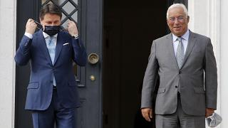 Il presidente del consiglio italiano, Conte, e il primo ministro portoghese Antonio Costa durante il loro incontro dello scorso 7 luglio
