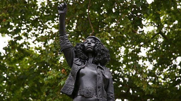 تندیس زن سیاهپوست معترض جایگزین مجسمه بردهدار بریتانیایی شد