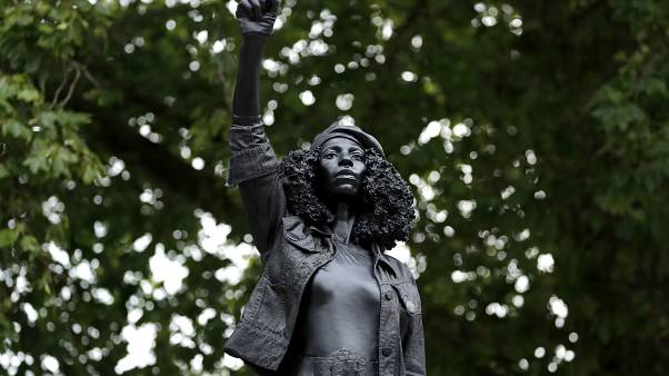 Estatua contra el racismo