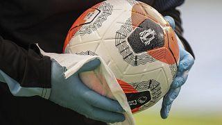تطهير الكرة قبل مباراة الدوري الإنجليزي لكرة القدم بين مانشستر سيتي ونيوكاسل على ملعب إيثياد في مانشستر، بريطانيا.