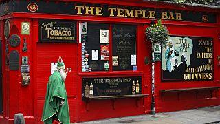 Un hombre disfrazado de Saint Patrick pasea por Dublín durante el cierre de los bares. el pasado marzo.