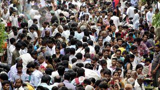 Una multitud pulula en un área de mercado cerca de una estación de tren en la víspera del Día Mundial de la Población en Mumbai (India), el martes 10 de julio de 2012.