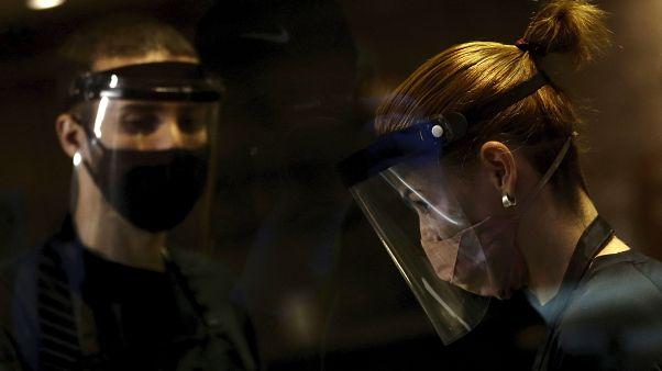 Irántól az Egyesült Államokig nem tudják megállítani a vírus terjedését