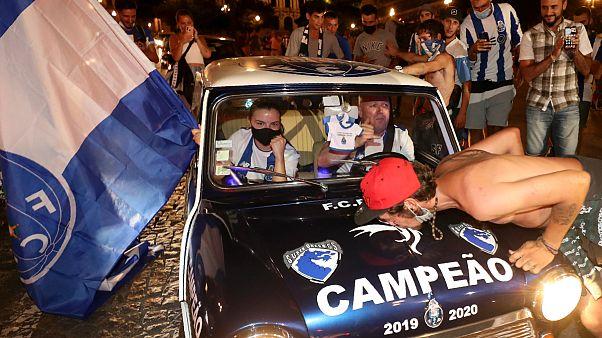 Adeptos do FC Porto libertaram nas ruas as emoções contidas há meses