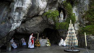Archives : messe donnée dans la grotte de Massabielle, dans le Sanctuaire de Lourdes, le 12 avril 2020