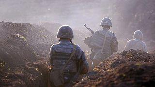جنود أرمن داخل خندق عند الحدود مع أذربيجان
