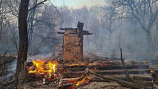 Una casa se quema en la zona de exclusión alrededor de la central nuclear de Chernóbil, el 5 de abril de 2020