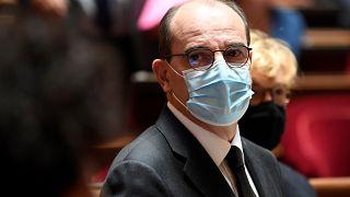 فرنسا تلزم مواطنيها بارتداء الكمامات في الأماكن العامة المغلقة