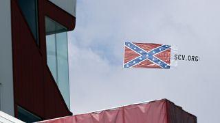 Боевой флаг Конфедерации над трассой NASCAR