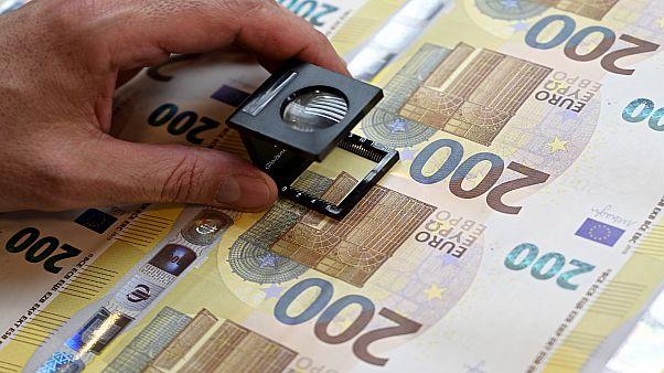 التحقق من الأوراق النقدية الجديدة بقيمة 200 يورو في إيطاليا