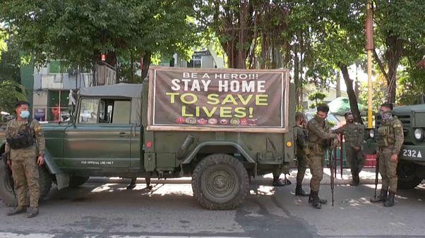 یگان ویژه پلیس برای برقراری قرنطینه با ادوات جنگی در پایتخت فیلیپین